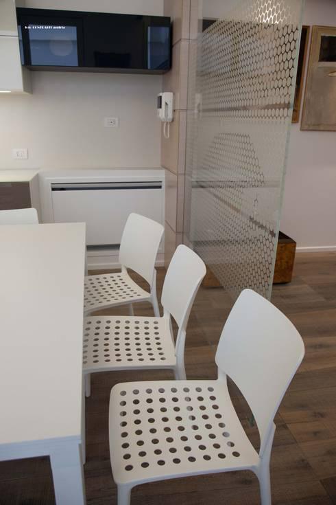 zona pranzo: Sala da pranzo in stile  di G/G associati studio di ingegneria e architettura _ing.r.guglielmi_arch.a.grossi