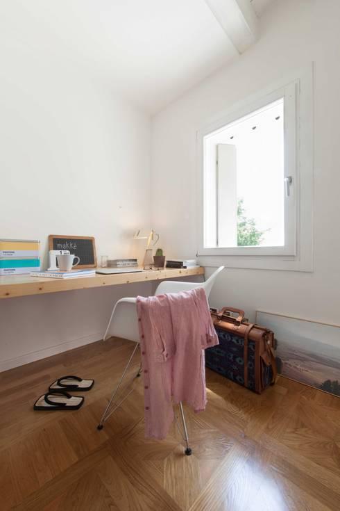 House PB: Camera da letto in stile in stile Moderno di Didonè Comacchio Architects