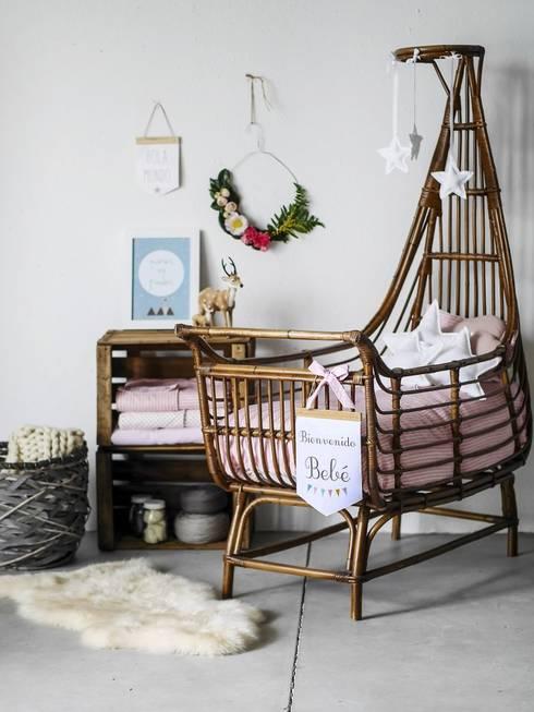 Dormitorios infantiles  de estilo  por Menudos Cuadros