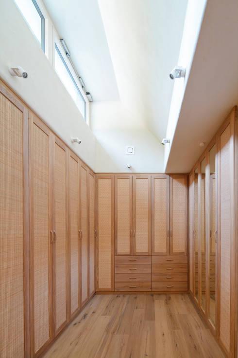 Haus GF:  Ankleidezimmer von t-hoch-n Architektur