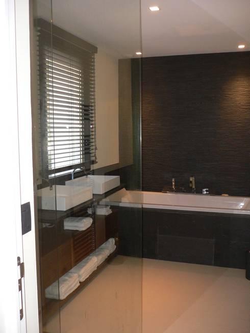 Villa pied dans l'eau: Salle de bains de style  par Véronique Desmit