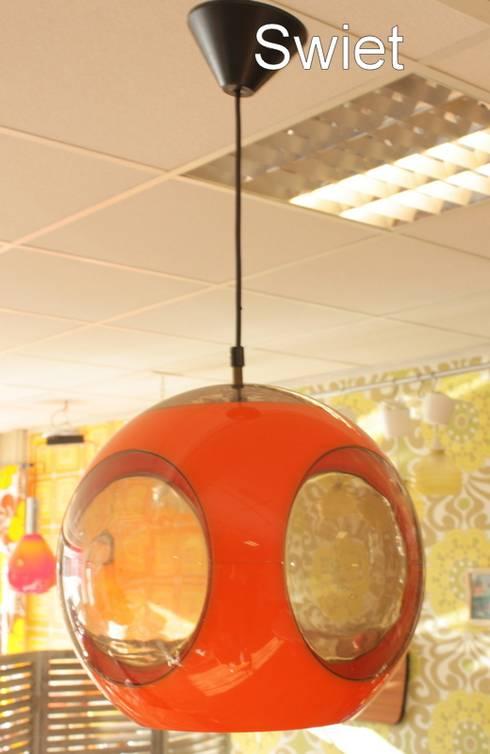 Luigi Colani seventies kunststof knal oranje hanglamp spage age lamp:  Woonkamer door Swiet