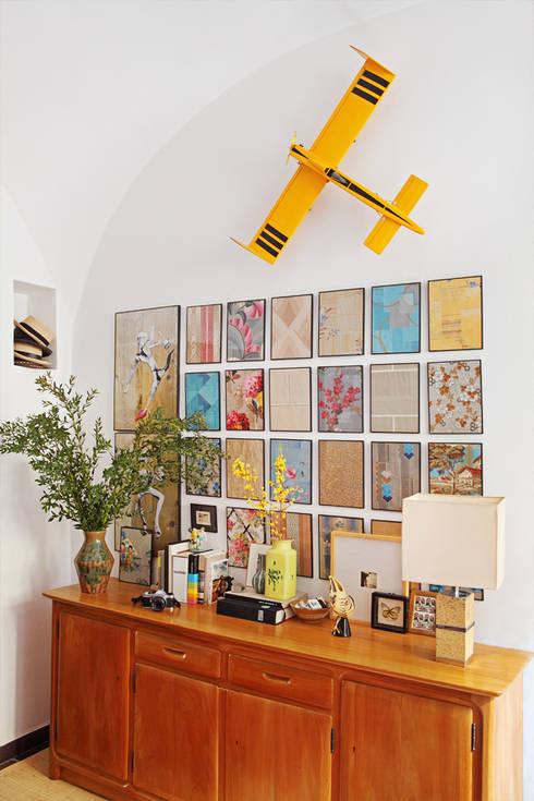 Salas de estilo mediterraneo por Casa Josephine