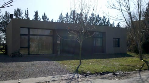 Frente: Casas de estilo moderno por CC arquitectos