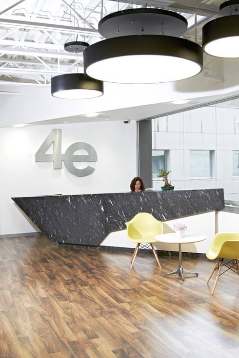 Vestíbulo: Edificios de Oficinas de estilo  por Oxígeno Arquitectura