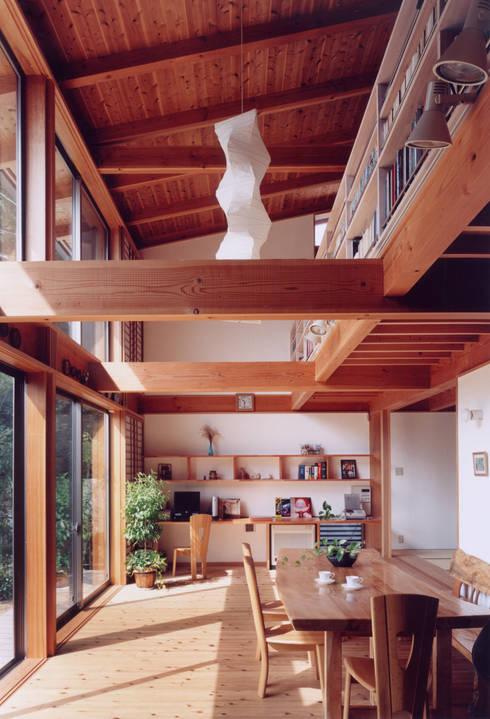 居間 書斎コーナー: ARKSTUDIO一級建築士事務所が手掛けたリビングです。
