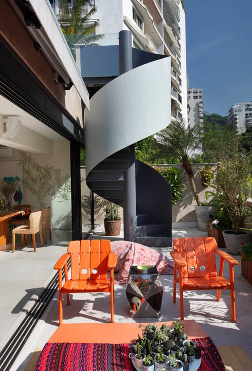 Cobertura Leblon : Terraços  por Escala Arquitetura