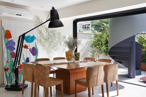 Cobertura Leblon : Salas de jantar ecléticas por Escala Arquitetura