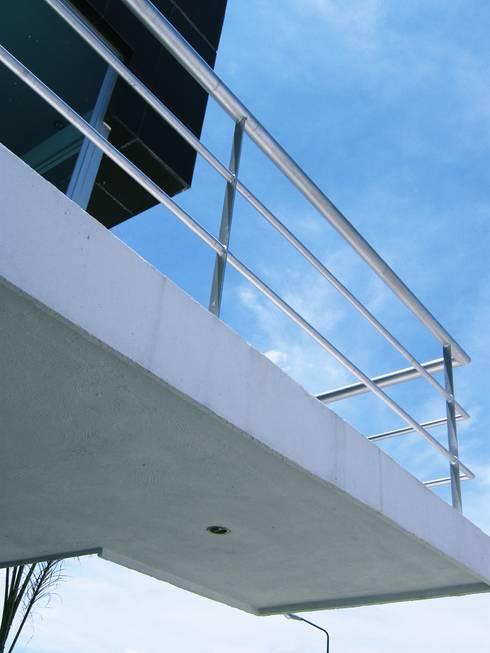 Casa LV: Pasillos y recibidores de estilo  por ipalma arquitectos