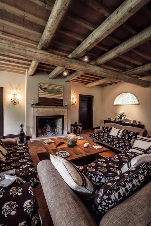 Villa in Toscana: Soggiorno in stile in stile Mediterraneo di Miidesign