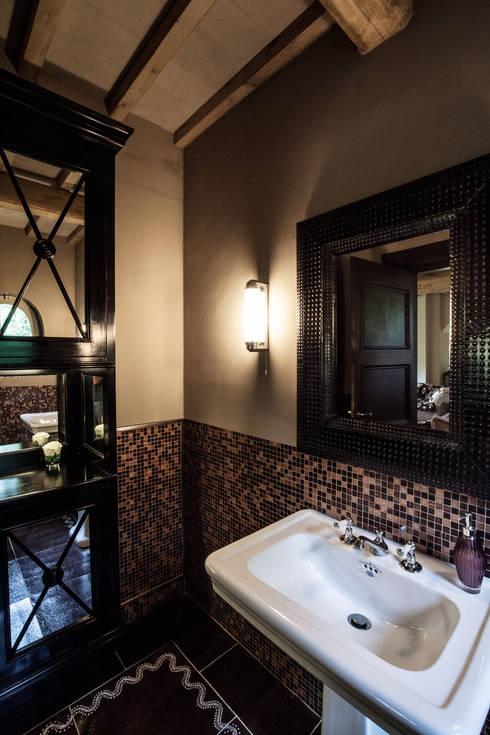 Villa in Toscana: Bagno in stile in stile Mediterraneo di Miidesign