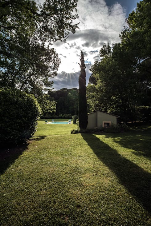 Villa in Toscana: Piscina in stile in stile Mediterraneo di Miidesign