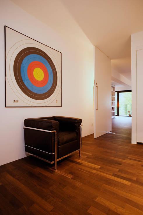 Bogenallee Wohnen [+]:  Flur & Diele von blauraum architekten
