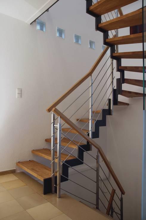 Vestíbulos, pasillos y escaleras de estilo  por Passion Escaliers