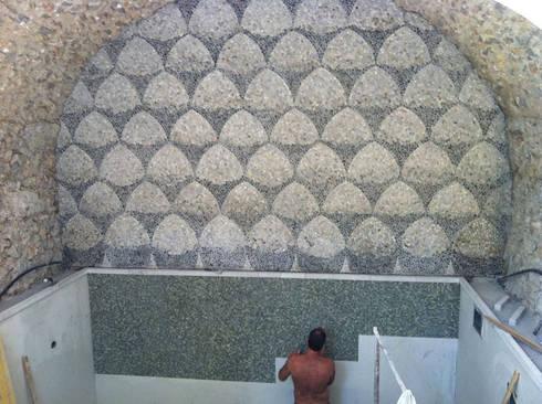 Piscina coperta di Casa del Vescovo: Piscina in stile in stile Mediterraneo di Francesco Della Femina