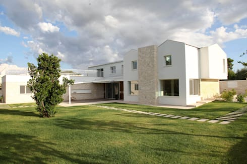 """una """"moderna masseria"""" pugliese: Case in stile in stile Mediterraneo di m12 architettura design"""