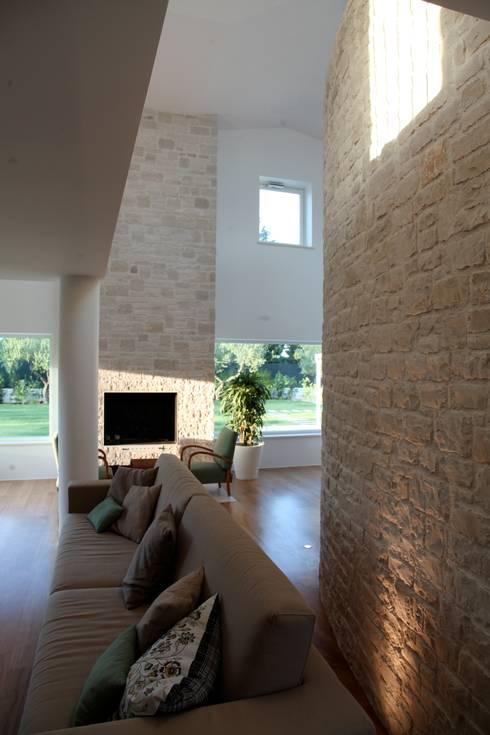 doppie altezze e soppalchi: Soggiorno in stile in stile Mediterraneo di m12 architettura design