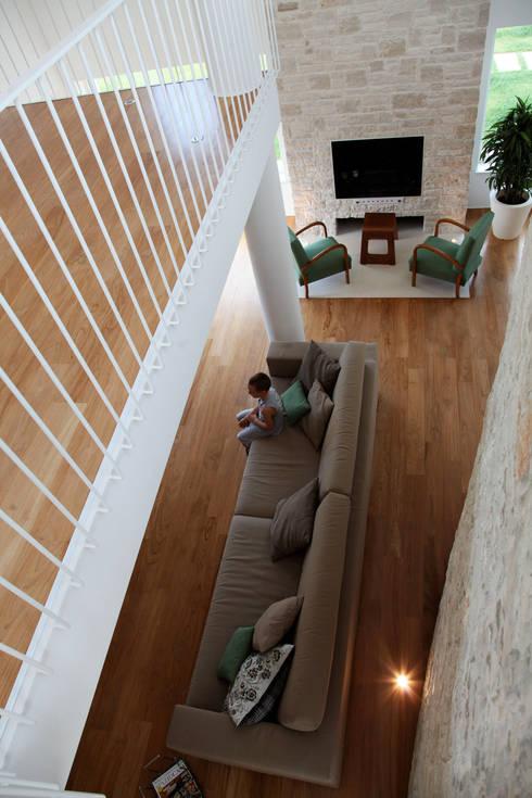 la doppia altezza: Soggiorno in stile in stile Mediterraneo di m12 architettura design