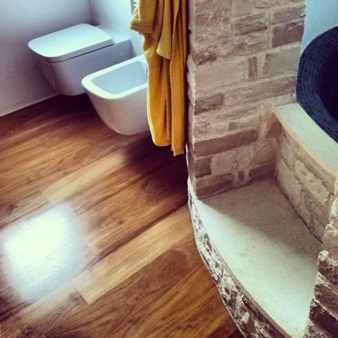 la pietra ed il legno: Bagno in stile in stile Mediterraneo di m12 architettura design