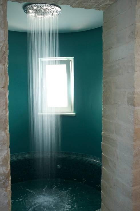 la torre con vasca/doccia: Bagno in stile in stile Mediterraneo di m12 architettura design