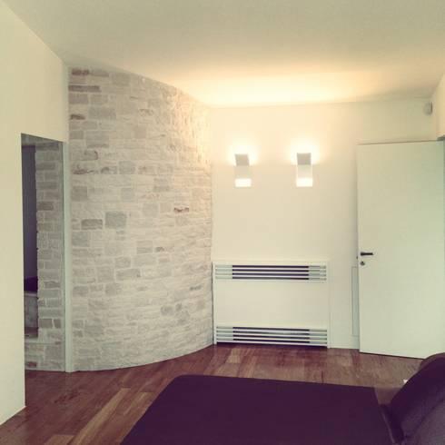 la camera padronale: Camera da letto in stile in stile Mediterraneo di m12 architettura design
