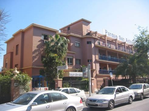 Hospital Parque San Antonio:  de estilo  de santacruz y asociados estudio de arquitectura