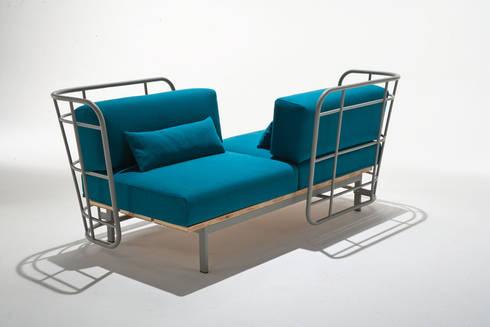 divano da esterno con schienali contrapposti: Bagno in stile  di 4P1B Design Studio