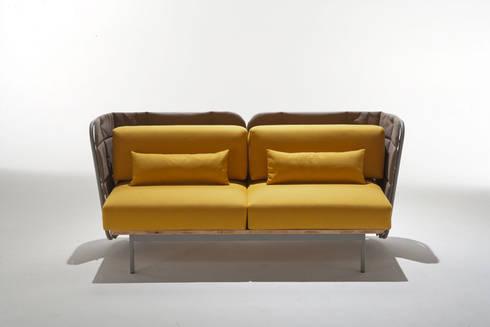 divano da interno con schienale imbottito: Bagno in stile  di 4P1B Design Studio