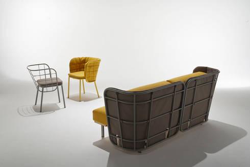 divano da interno con schienale imbottito + poltroncine: Bagno in stile  di 4P1B Design Studio