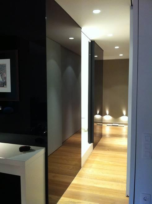 BAÑO  - VIVIENDA EIXAMPLE de LLOBET interiors: Baños de estilo moderno de LLOBET interiors