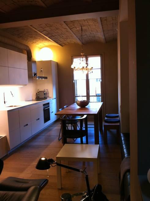 COMEDOR - VIVIENDA EIXAMPLE de LLOBET interiors: Comedores de estilo moderno de LLOBET interiors