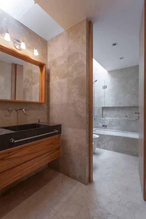 CASA HARAS: Baños de estilo moderno por ESTUDIO GEYA