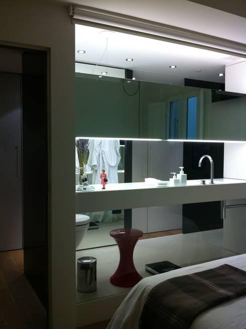 DORMITORIO/BAÑO - VIVIENDA EIXAMPLE de LLOBET interiors: Baños de estilo moderno de LLOBET interiors