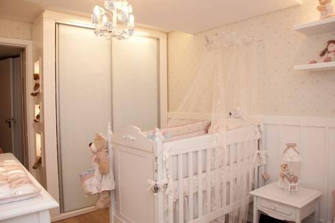 QUARTO PROVENÇAL BEBÊ – L.S.V – CURITIBA/PR: Quarto infantil  por VITRAL arquitetura . interiores . iluminação