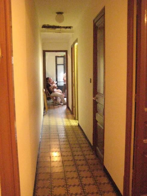 ESTADO INICIAL - VIVIENDA EIXAMPLE de LLOBET interiors: Salones de estilo moderno de LLOBET interiors