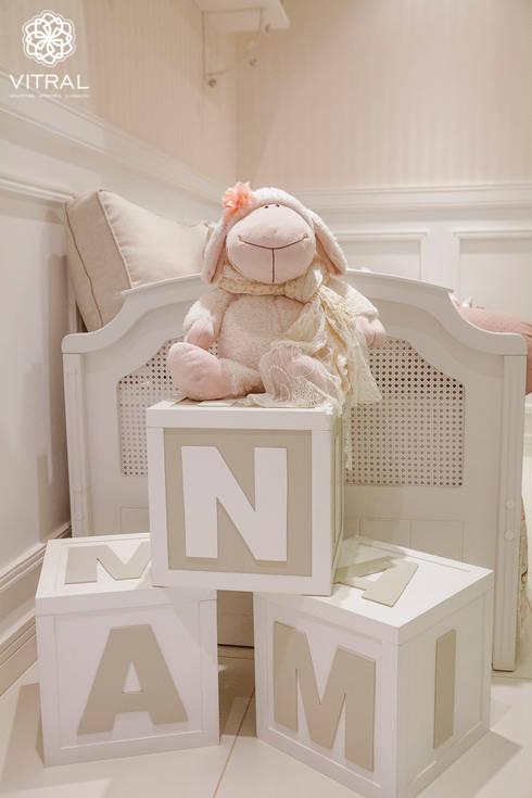 QUARTO PROVENÇAL BEBÊ - M.B.A - CIANORTE/PR: Quarto infantil  por VITRAL arquitetura . interiores . iluminação