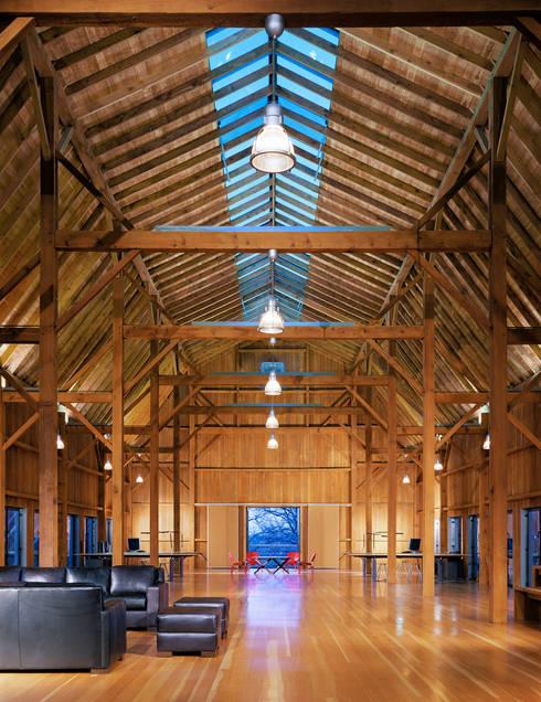 7 Oaks Farm - Studio:  Wohnzimmer von L-Plan Lichtplanung