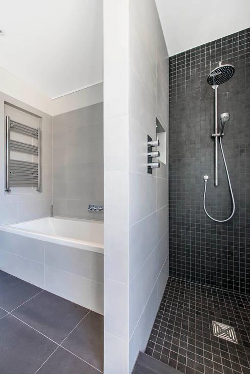 Bagno in stile in stile Moderno di CATO creative