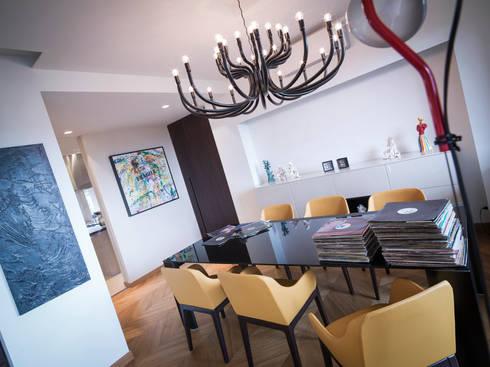 sala da pranzo 2: Sala da pranzo in stile in stile Moderno di desink.it