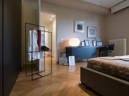 camera: Ingresso, Corridoio & Scale in stile in stile Moderno di desink.it