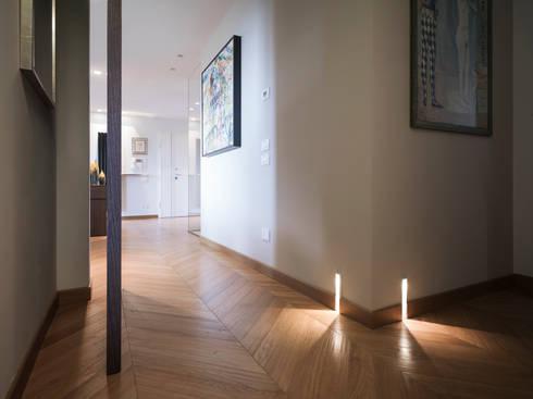 corridoio: Ingresso, Corridoio & Scale in stile in stile Moderno di desink.it