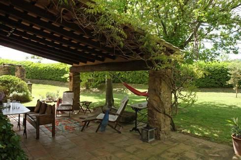 TETTOIE DA GIARDINO: Giardino in stile in stile Mediterraneo di Improta