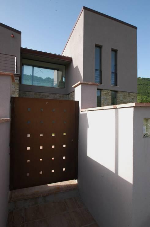 Villa unifamiliare con piscina a Foligno (PG): Case in stile in stile Moderno di Fabricamus - Architettura e Ingegneria