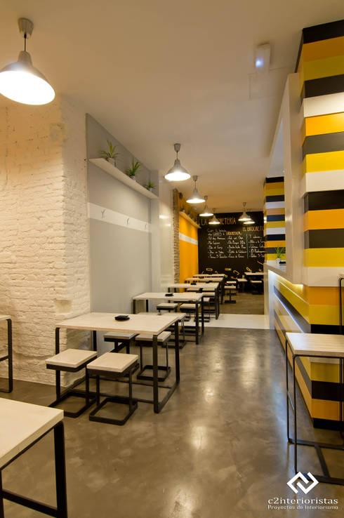 La Brochetería: Locales gastronómicos de estilo  de C2INTERIORISTAS