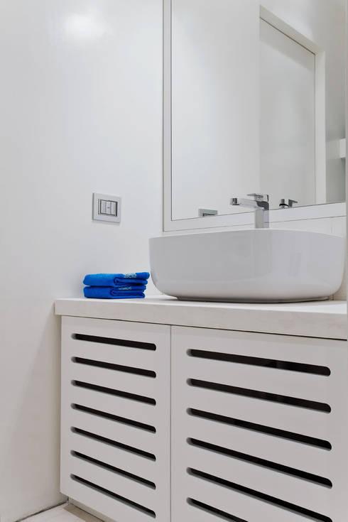 HOUSE FOR HOLIDAYS: Bagno in stile in stile Minimalista di PAOLO FRELLO & PARTNERS