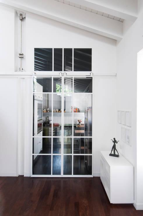 LOFT: Cucina in stile in stile Minimalista di PAOLO FRELLO & PARTNERS