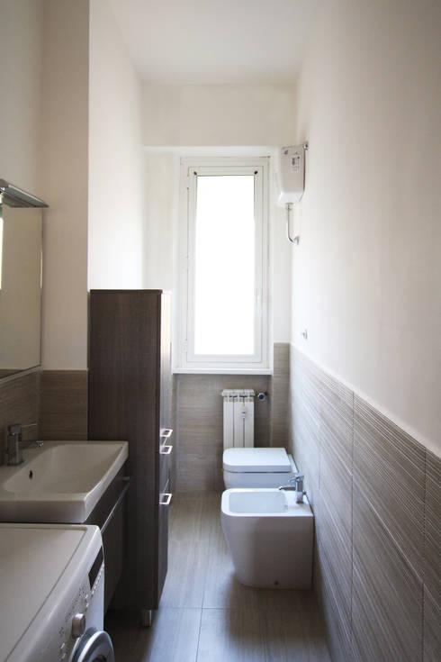 Bagno con rivestimenti in Gres by Ariostea: Bagno in stile in stile Moderno di EMC2Architetti