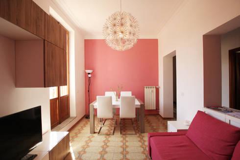 Vista della zona pranzo nel soggiorno: Soggiorno in stile in stile Moderno di EMC2Architetti