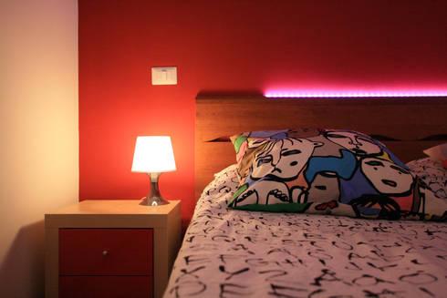 dettaglio della testiera illuminata nella camera da letto matrimoniale: Camera da letto in stile in stile Moderno di EMC2Architetti