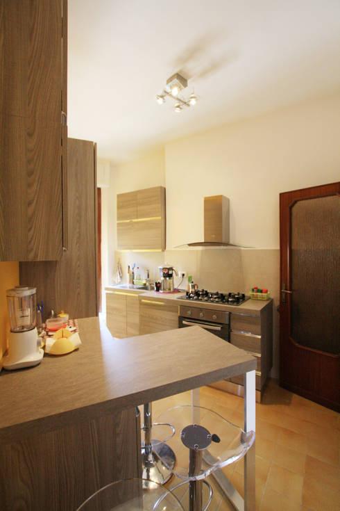 Vista della Cucina con penisola/sneck: Cucina in stile in stile Moderno di EMC2Architetti